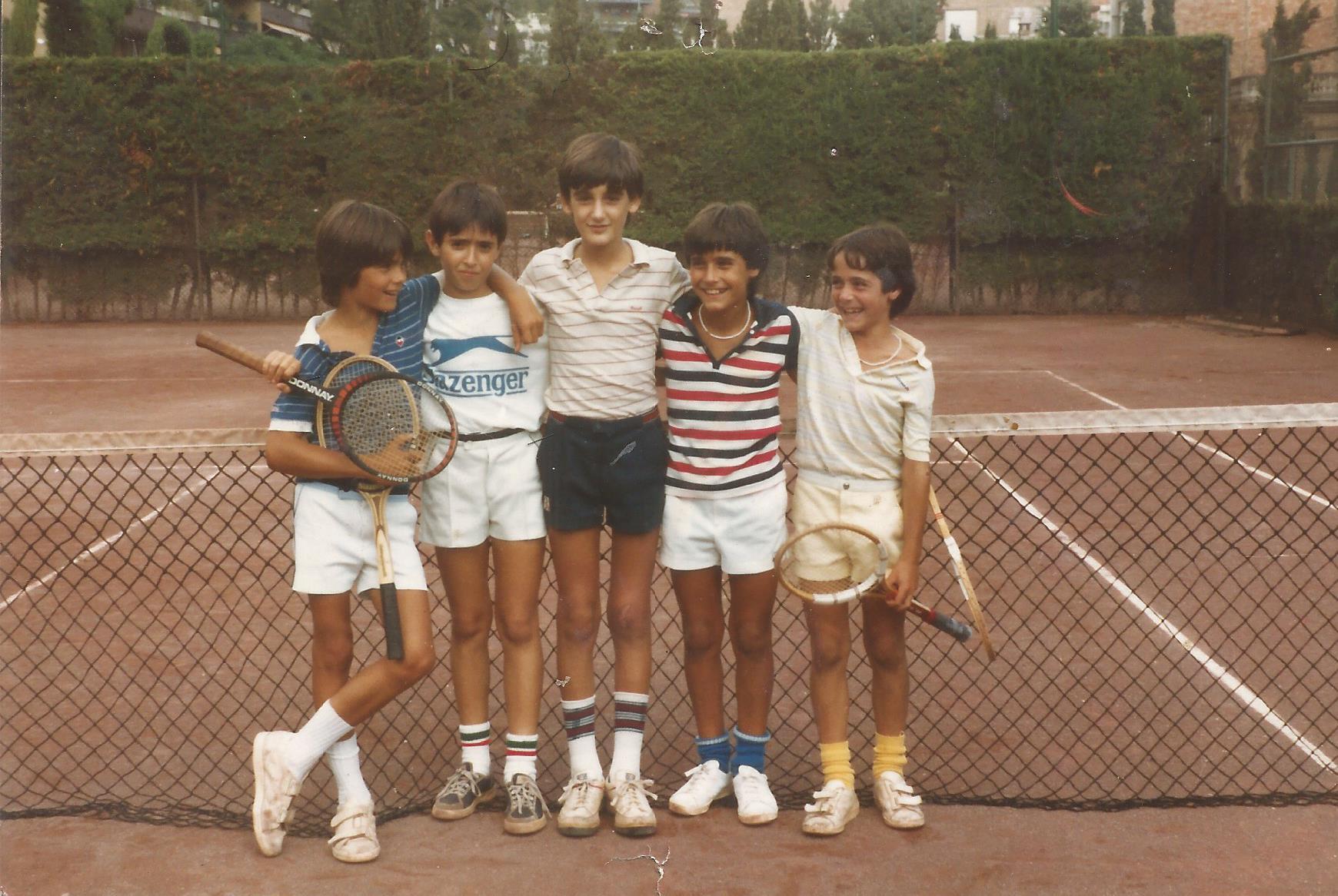 Alguno de los cinco soy yo (se admiten apuestas). El primero por la derecha es Alex Corretja, que llegaría al top ten de la ATP. Imagen tomada en el Club de Tenis La Salud de Barcelona, en 1981 (creo).